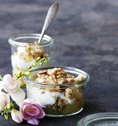 Æblekage med kanel, marcipan og en lækker crumble er en skråsikker favorit på kaffebordet. Her får du en lækker opskrift til at akkompagnere din sensommer kaffe.