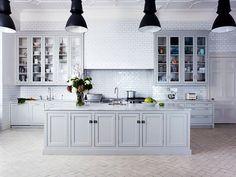 Cozinha Provençal com Luminárias Pretas. Fonte:  Holloways Kitchens.