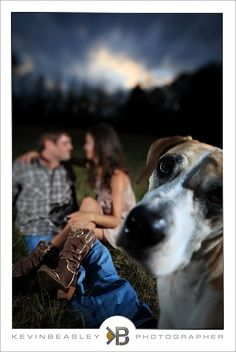 couple with dog photo ideas | Such a cute couples photo.