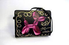 Jeff Koons for H&M Sac Jeff Koons for H&M, cuir, signé de la main de l''artiste. 19 cm x 25 cm. Jeff Koons for H&M handbag, leather, signed by the artist himself. - Sapins de Noël des Créateurs - 15/12/2014