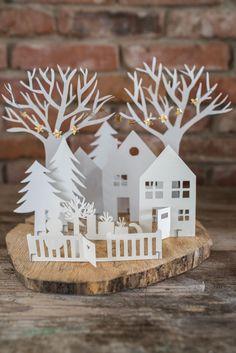 diy weihnachtsdeko winter dorf aus papier auf holz | winter, Innenarchitektur ideen