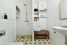 Fint golv samt avskiljare V10, Swedish House, Apartment Living, Toilet, Sweet Home, Victorian, Cottage, Homes, Bathroom