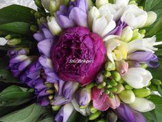 bouquet fresie e purple peonia