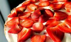 Jemný tvarohový koláč. Pripravený z 200 g tvarohu a 4 vajec a veľmi rýchlo, nik u nás doma sa ho nemôže nabažiť - MegaRecepty.sk Clean Recipes, Healthy Cooking, Fruit Salad, Cheesecake, Ale, Strawberry, Health Fitness, Desserts, Foods
