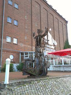 Kunst am Stralsunder Hafen vor dem Restaurant Fischermann aus dem Sie beim Essen eine herrliche Aussicht geniessen.
