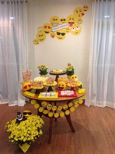 Uma festa super atual e divertida: FESTA EMOJI com uma decoração linda, cheia de cores, flores e muita criatividade da NanaIdeia.