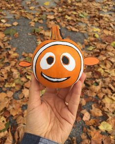 Finding Nemo Pumpkin - paint his eyes, mouth, and stripes, glue felt pieces on for his fins and tail. Nemo Pumpkin, Pumpkin Art, Pumpkin Crafts, Small Pumpkin Carving Ideas, Pumpkin Ideas, Disney Pumpkin Carving, Creative Pumpkins, Small Pumpkins, Painted Pumpkins