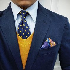 Close up by IGer @ thedetailedgent. The muted bronzed yellow sweater keeps the blue ensemble chic and not overpowering. The polka dot tie works well as a subtle yet bold pattern complimenting the patterned multi colored pocket square and bringing the colo Blue Blazer Outfit, Blue Blazer Men, Navy Jacket, Sharp Dressed Man, Well Dressed Men, Mens Fashion Suits, Mens Suits, Mode Masculine, Suit And Tie