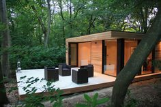 Modern Eco-Friendly Garden Studio in London - DigsDigs Backyard Office, Backyard Studio, Garden Office, Outdoor Office, Modern Backyard, Small Prefab Cabins, Casas Containers, Garden Buildings, Outdoor Buildings