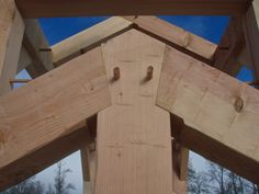 A design build firm dedicated to timber framing and specializing in general contracting for houses, barns and small craft structures Woodworking Joints, Woodworking Techniques, Japanese Joinery, Timber Buildings, Timber Structure, Wood Joints, Backyard Furniture, Building Design, Building A House