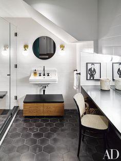 Une salle de bains élégante.