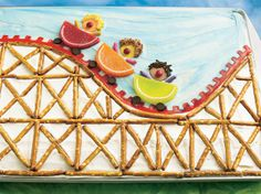 Roller Coaster Cake Bring the fun of an amusement park to your party with a sheet cake decorated to look like a roller coaster ride! Fancy Cakes, Cute Cakes, Roller Coaster Cake, Roller Coasters, Fruit Slices Candy, Sheet Cakes Decorated, Park Birthday, Birthday Cakes, Birthday Parties