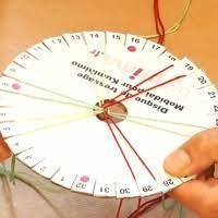 Technique de tressage circulaire, le Kumihimo permet de réaliser toutes sortes de cordons raffinés, qu'on portera en bracelet, en collier ou ceinture… Inventé par les japonais, il nécessite ...