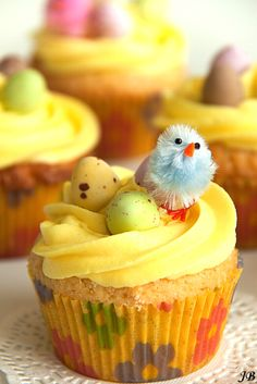 Cupcakes with birds and eggs. I've always wanted a use for those tiny chicks, and now I have an egg-cellent reason to buy them! Easter Cupcakes, Yummy Cupcakes, Cupcake Cookies, Baking Business, Breakfast Dessert, Easter Dinner, Dunkin Donuts, Easter Treats, Mini Cakes
