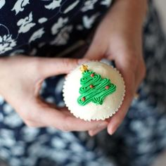 30 Of The Most Creative Christmas Cupcake Ideas Ever Christmas Themed Cake, Christmas Cupcakes Decoration, Holiday Cupcakes, Christmas Sweets, Christmas Minis, Christmas Cooking, Merry Little Christmas, Holiday Treats, Christmas Cakes