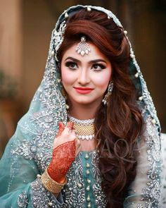 Bridal Inspiration From Real Pakistani Brides To Make Eid Extra Special! Pakistani Bridal Makeup Hairstyles, Pakistani Wedding Hairstyles, Bridal Hairdo, Indian Bridal Outfits, Indian Bridal Makeup, Bridal Photoshoot, Pakistani Bridal Dresses, Wedding Makeup, Curled Wedding Hair