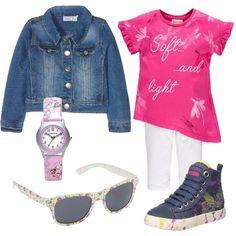 Per il pomeriggio al parco con gli amichetti la nostra bambina ha scelto un look colorato e allegro, composto da completo sportivo fucsia, giacca di jeans, sneakers alte denim in fantasia colorata, occhiali da sole e orologio. Pronta per giocare.