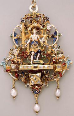 pendente do séc XVII- uso de esmalte colorido sobre ouro e perolas barrocas (irregulares) a pender. A composição é simétrica, mas dentro desta simetria há assimetrias.