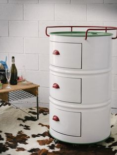 Recycling oil barrels into storage cabinets - there are many different ideas to choose from; from basic storage cabinets that require very little work - to stylish cabinets that lend a retro and industrial touch to living spaces. Car Furniture, Barrel Furniture, Recycled Furniture, Automotive Furniture, Automotive Decor, Handmade Furniture, Furniture Design, Oil Barrel, Metal Barrel