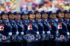 De militaire verzorgsters kijken naar de president en andere aanwezige wereldleiders.