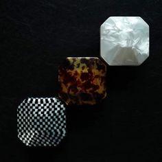 """賽璐珞, 英文 """"celuloide"""", 是1869年美國印刷工人約翰‧海阿特先生為了尋求替代象牙撞球所發明的材料,當時除了製造撞球,還用來生產馬車和汽車的風擋與電影膠片,開啟了塑料工業的先河,後來更研發製作了箱子、鈕扣、直尺和眼鏡架等。由於賽璐珞燃點低的緣故,近來全球許多國家已經禁用,日本於1908年開始製造,現在是少數仍有職人製作賽璐珞產品的地區。賽璐珞所製作的產品具有材質輕薄、質感光滑溫潤的美感,現在大多被用在收藏等級的高級筆具與眼鏡架上,比較少見於筆盒或置物盒。"""