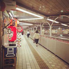 千里中央駅の構造がとても面白い。 ノスタルジックなお店が並ぶ2階部分から1階の乗り場が見られる。
