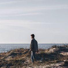 90' Lookbook ••• Ya en el blog un post con un lookbook ideal para ir a dar un paseo o para ir a hacer unas fotos a la playa.  Inspirado en los años 90 donde se utilizaban los pantalones vaqueros y prendas basicas.  Añado por encima una chaqueta de un color ocre claro recién sacada de esa temporada,  una chaqueta vintage y recuperada para volverla a utilizar de nuevo!! Link en la bio  #bakealvarolooks