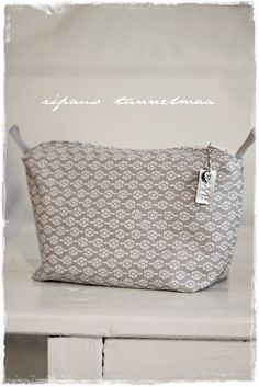 ripaus tunnelmaa; Meikkipussin ohje Louis Vuitton Damier, Weaving, Good Things, Purses, Pattern, How To Make, Handmade, Crafts, Diy Bags