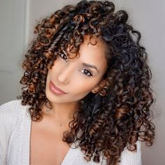 Find out what a Deva cut is and how to make curly and wavy hair look amazing. Choose the best hairstyle for your hair texture and learn the essential hair care routine to maintain the result of your Devacurl haircut. Texturizer On Natural Hair, Natural Curls, Modern Hairstyles, Summer Hairstyles, Crazy Hairstyles, Hot Hair Styles, Natural Hair Styles, Devacurl Haircut, Highlights Curly Hair