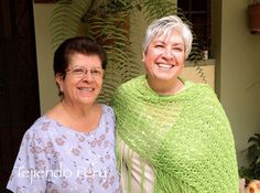 Con mi hermana Marthi que modeló el chal (shawl o tapado) de primavera tejido en dos agujas en punto peruano!