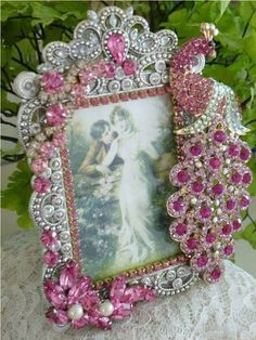 Idea- Glue old or unwanted jewellery onto a plain or old picture frame. Jewelry Frames, Jewelry Tree, Old Jewelry, Jewelry Making, Vintage Jewelry Crafts, Recycled Jewelry, Old Picture Frames, Pink Peacock, Vintage Shabby Chic