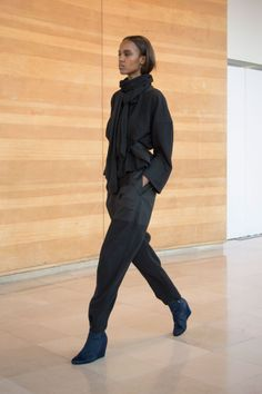 8. V-neck sweatshirt in wool and cashmere / Asymetrical scarf in knitted yak wool / Jogging in wool and cashmere / Boots in calf leather