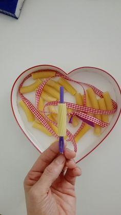 Blogdiel: Lavoretto di San Valentino. collana per la mamma. Basta un nastro e una cannuccia. Spillate il nastro nella cannuccia e i bimbi infileranno la pasta! San Valentino, Mamma, Tableware, Blog, Dinnerware, Tablewares, Blogging, Dishes, Place Settings