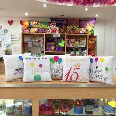 como decorar una tienda de regalos peluches Stationary Store, Party Supply Store, Ideas Geniales, Craft Room Storage, Ideas Para Fiestas, Store Displays, Candy Shop, Vinyl Projects, Store Design