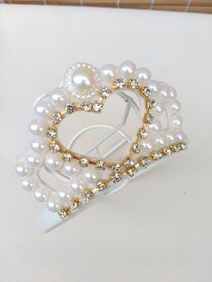 Tiara coroa de perolas  Tiara com enfeite de coroa, toda aplicada em meias pérolas e estras ,tiara forrada com tecido,
