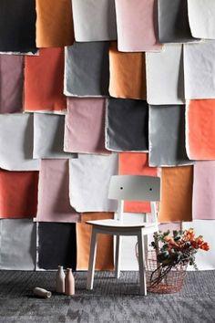 Retalhos de lona pintados em cores diversas criam um acabamento inusitado para a parede. Mas atenção: cuidado na hora de combinar os tons, eles devem conversar entre si e, de preferência, estar em harmonia com o piso e o mobiliário