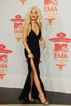 Rita Ora  destacó por su discreción con un vestido negro con una gran abertura lateral y profundo escote de la colección crucero 2014 de Calvin Klein Collection que combinó con unas finas sandalias negras y doradas. Las joyas también fueron grandes protagonistas de su look.