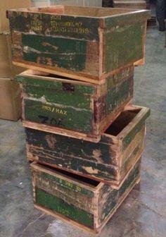 Legergroene kistjes met tekst gemaakt van oude legerkisten