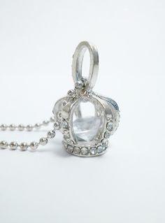 lange Kette Prunk Krone mit Diamant  im weißen Organza Beutel    in der Krone liegt ein kleiner Diamant    Maße:     Länge Kette mit Anhänger:  hän...