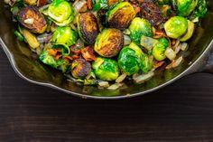 Ropogós, fűszeres kelbimbó baconnel sütve: csak rakd a sütőbe - Recept Sprouts, Bacon, Paleo, Vegetables, Food, Essen, Beach Wrap, Vegetable Recipes, Meals