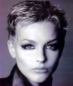 How to style the Pixie cut? Despite what we think of short cuts , it is possible to play with his hair and to style his Pixie cut as he pleases. Short Blonde Haircuts, Short Choppy Hair, Short Grey Hair, Short Pixie, Pixie Cut, Edgy Pixie, Haircut For Older Women, Short Hair Cuts For Women, Short Hair Styles