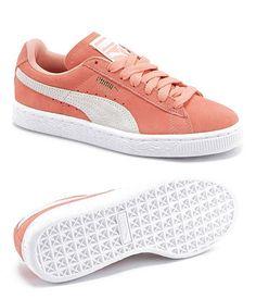 Le produit du jour est une paire de baskets femme couleur corail de la marque PUMA. Cette paire de chaussures en daim nous a beaucoup plu avec son belle couleur rose corail. Il s'agit d'une revisite de célèbre modèle de baskets PUMA classique de l'année 1968 et on apprécie le contraste entre le corail et le blanc. La tige de ces baskets femme est en daim et on aime beaucoup le look streetwear moderne de ces chaussures.