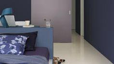 Diepe paarse en blauwe kleuren creëren een gevoel van passie en energie.