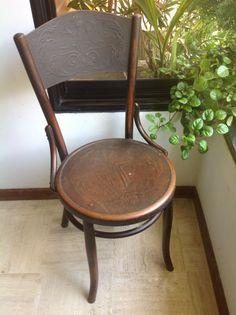 Nuestra silla Fischel, tiene Su etiqueta original. Tiene un trabajo peculiar en el asiento y respaldar. Sólo me gustaría saber de que año es? Creemos que es de la primera década del XX!