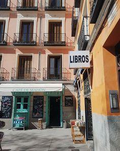 Plaza del 2 de Mayo, Madrid Cudowny plac w Madrycie, pełen kolorów, pozytywnej aury i sklepow z używanymi książkami. Wymarzone miejsce na lampkę wina bądź piwo z hiszpańskim tapas ☀️ to był mój wymarzony moment! #perfectday #madrid #malasaña #colors #happiness #happyday #moments #positive #sun #sunshine #sunnyday #travel #cafe #españa #libros #libreria #madryt #springcolors #lightspring #architecture #spain #spanishstyle #spanish #tapas #relax #spring #vintage #retro #igersmadrid…