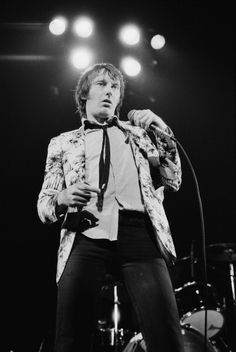 Singer Lee Brilleaux of British pub rock band Dr Feelgood performs at the Free Trade Hall in Manchester October 1977 Pop Music, Live Music, Cummins, Dr Feelgood, British Pub, Rhythm And Blues, Best Rock, Great Memories, Great Bands