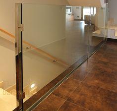 Barandilla en vidrio templado de 16mm. Guia oculta bajo el suelo.  http://www.barandillasprecios.com/barandillas/barandillas-interiores/cristal2012-10-01-20-53-40/cristal-vi4-detail