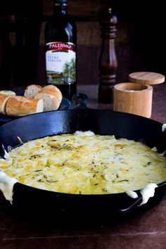 Apr 2019 - Baked Fontina Cheese Dip - Savory baked fontina, delicious blend of cheese, olive oil and herbs, paired with french baguettes for a perfect quick appetizer that's sure to be a favorite! Appetizers For A Crowd, Cheese Appetizers, Healthy Appetizers, Appetizer Recipes, Cheese Dips, Dips Faciles, Baguette Appetizer, Fontina Cheese, Dip Recipes