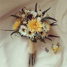 Crespedia Gelin Çiçeği Buketi Buketimiz 1. Kalite yapay ithal ve kuru çiçeklerle tasarlanmıştır. Buketimizde sarı gerbera, papatya, gül ve yeşil dallar kullanılmıştır. Damat yaka çiçeği hediyedir. Kişiye özel hazırlanmaktadır. Kargo teslim süresi 3 iş günüdür