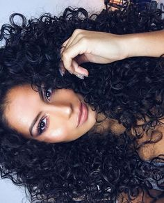 To have beautiful curls in good shape, your hair must be well hydrated to keep all their punch. You want to know the implacable theorem and the secret of the gods: Naturally curly hair is necessarily very well hydrated. Box Dreads, Pretty Hairstyles, Straight Hairstyles, Curly Haircuts, 50s Hairstyles, Wedding Hairstyles, Curly Hair Styles, Natural Hair Styles, Updo Curly